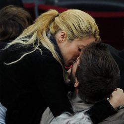Shakira y Gerard Piqué besándose durante un partido de fútbol