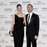 Anne Hathaway y su prometido Adam Shulman en la Gala Kennedy 2011