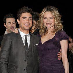 Michelle Pfeiffer y Zac Efron en el estreno de 'New Year's Eve' en Los Angeles