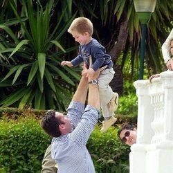 Iñaki Urdangarin jugando con su hijo Juan Urdangarin cuando era pequeño