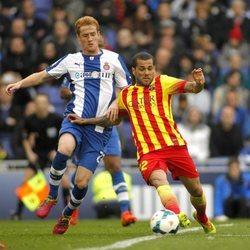 Álex Fernández jugando en el Espanyol contra Dani Alves del Barcelona