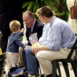 Juan Urdangarin da una patata al Rey Juan Carlos en presencia de la Infanta Cristina e Iñaki Urdangarin