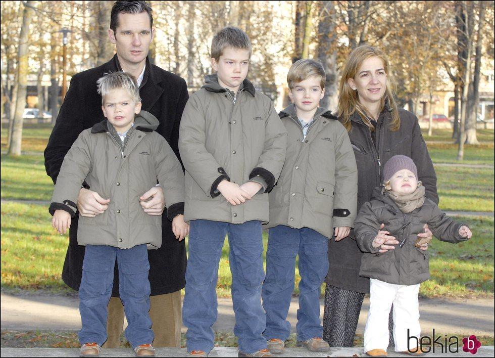 La Infanta Cristina e Iñaki Urdangarin con sus cuatro hijos cuando eran pequeños en Vitoria