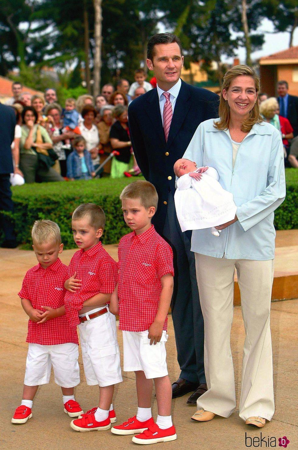 La Infanta Cristina e Iñaki Urdangarin con sus hijos en la presentación de Irene Urdangarin