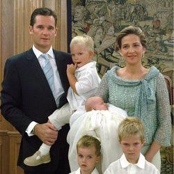 Irene Urdangarin con sus padres y hermanos en su bautizo