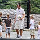 Iñaki Urdangarin jugando con sus cuatro hijos con un balón en Washington