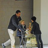 Iñaki Urdangarin haciendo la compra con sus hijos Miguel e Irene Urdangarin