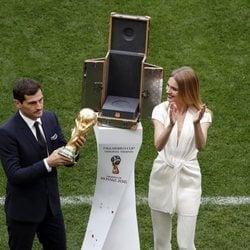 Iker Casillas y Natalia Vodianova presentando el trofeo del Mundial de Rusia 2018