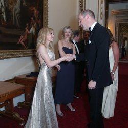 Kylie Minogue y el Príncipe Guillermo en el Palacio de Buckingham