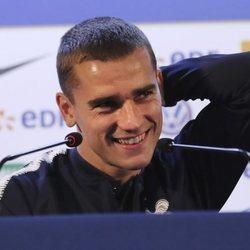 Griezmann sonriente durante una rueda de prensa con Francia