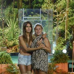 Raquel Mosquera y Sofía Suescun se abrazan antes de saber quien pasa a la final de 'Supervivientes 2018'