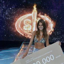 Sofía Suescun posa con su cheque de 200.000 que la convierte en ganadora de 'Supervivientes 2018'