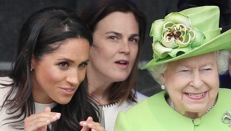 La Reina Isabel y Meghan Markle muy cómplices durante un acto en Cheshire