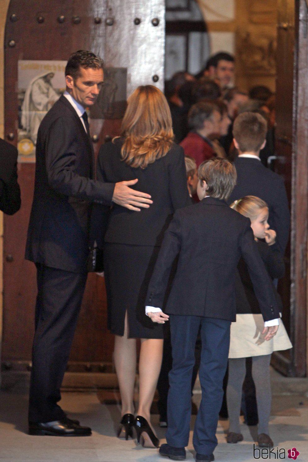 Iñaki Urdangarin tiene un gesto de cariño con la Infanta Cristina en el funeral de Juan Mari Urdangarin