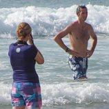 La Infanta Cristina hace una foto a Iñaki Urdangarin en bañador en la playa