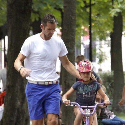 Iñaki Urdangarin enseña a su hija Irene Urdangarin a montar en bicicleta