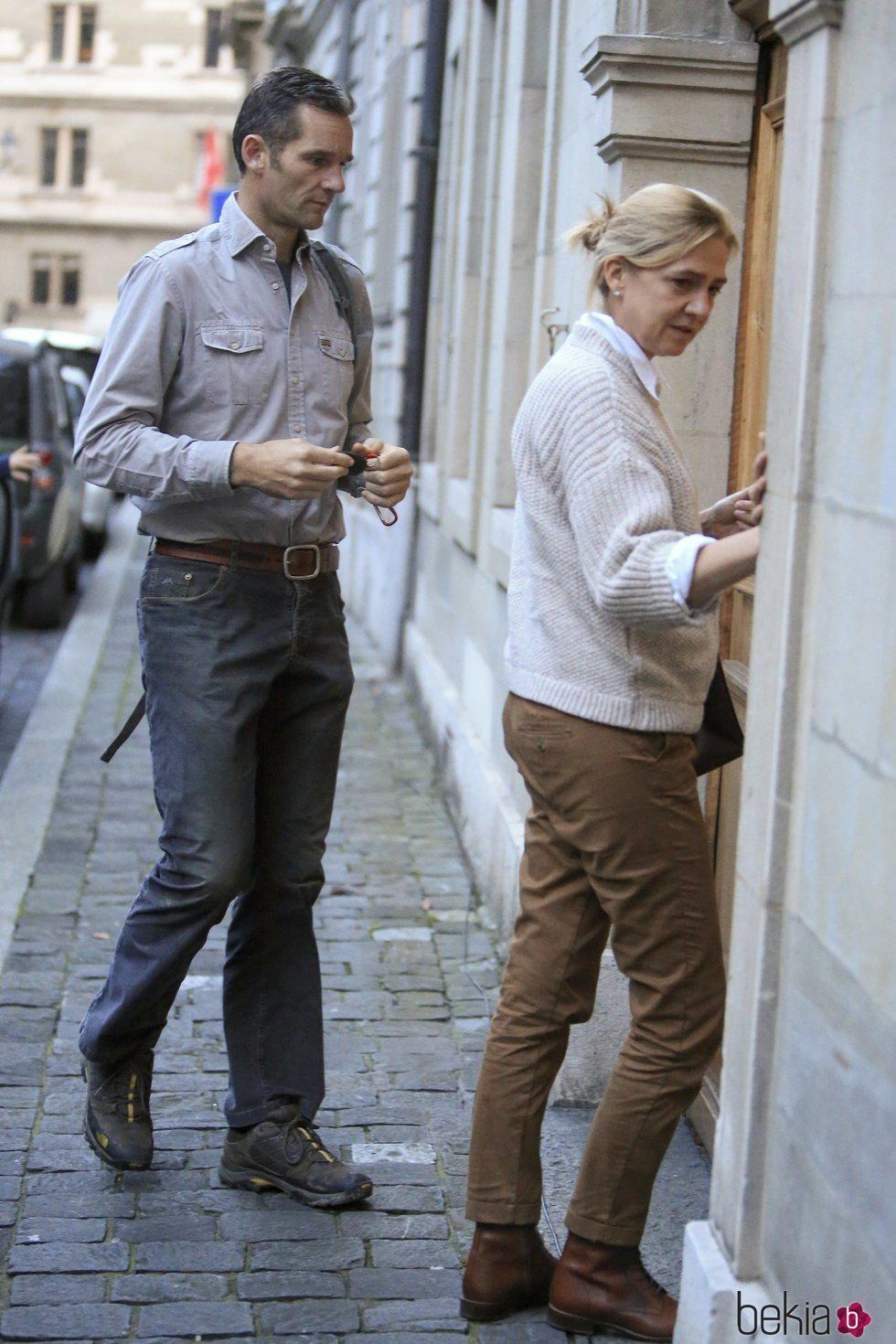 La Infanta Cristina e Iñaki Urdangarin entrando en su casa de Ginebra