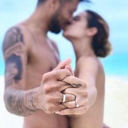 Tamara Gorro y Ezequiel Garay besándose después de su segunda boda