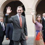 Los Reyes Felipe y Letizia saludando en un acto público durante su viaje oficial a Estados Unidos