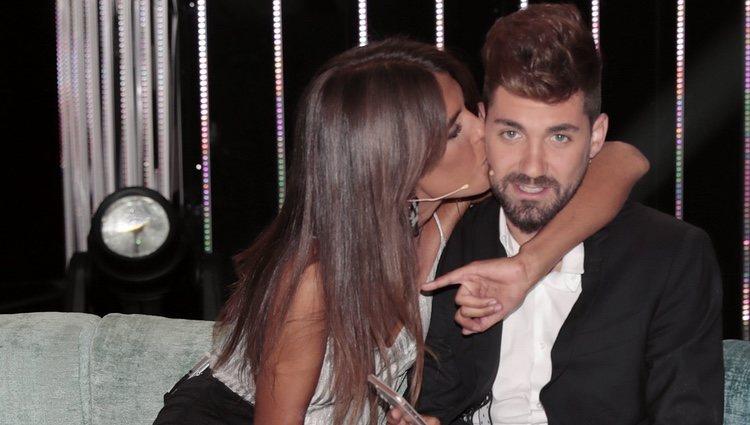 Sofía Suescun besa con ternura a Alejandro Albalá durante el Debate Final de 'Supervivientes 2018'