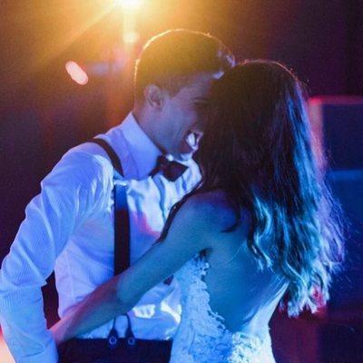 Marc Bartra y Melissa Jiménez bailando en su boda