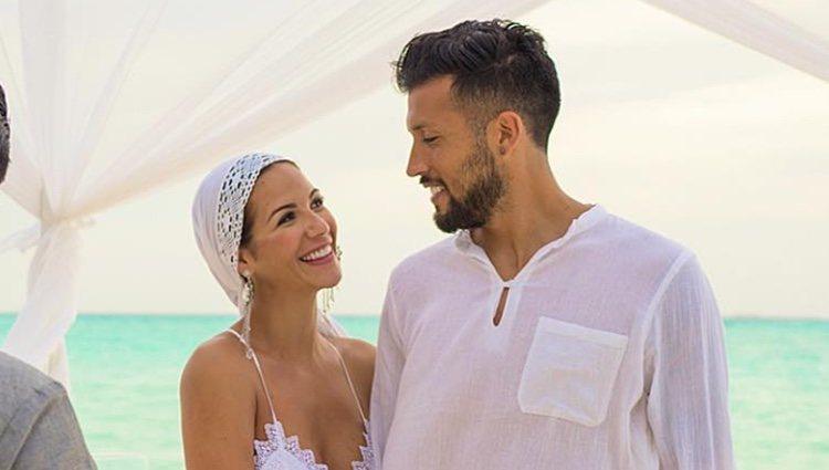 Tamara Gorro y Ezequiel Garay durante su boda por el rito de Maldivas