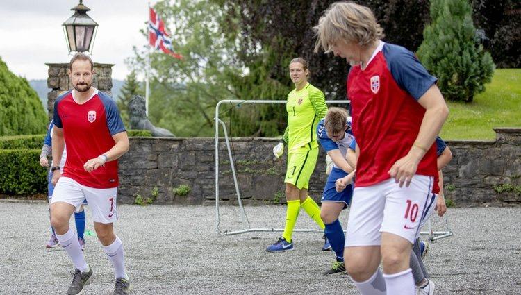 El Príncipe Haakon de Noruega jugando en el encuentro solidario celebrado en su residencia