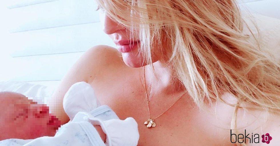 Candice Swanepoel con su segundo hijo en brazos