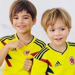 Milan y Sasha Piqué con la camiseta de la selección de Colombia