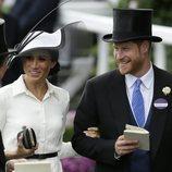 El Príncipe Harry y Meghan Markle sonrientes en Ascot 2018