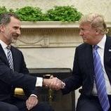 El Rey Felipe VI y Donald Trump dándose la mano en el despacho oval