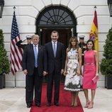 Los Reyes Felipe y Letizia posando en la entrada de la Casa Blanca con Donald y Melania Trump