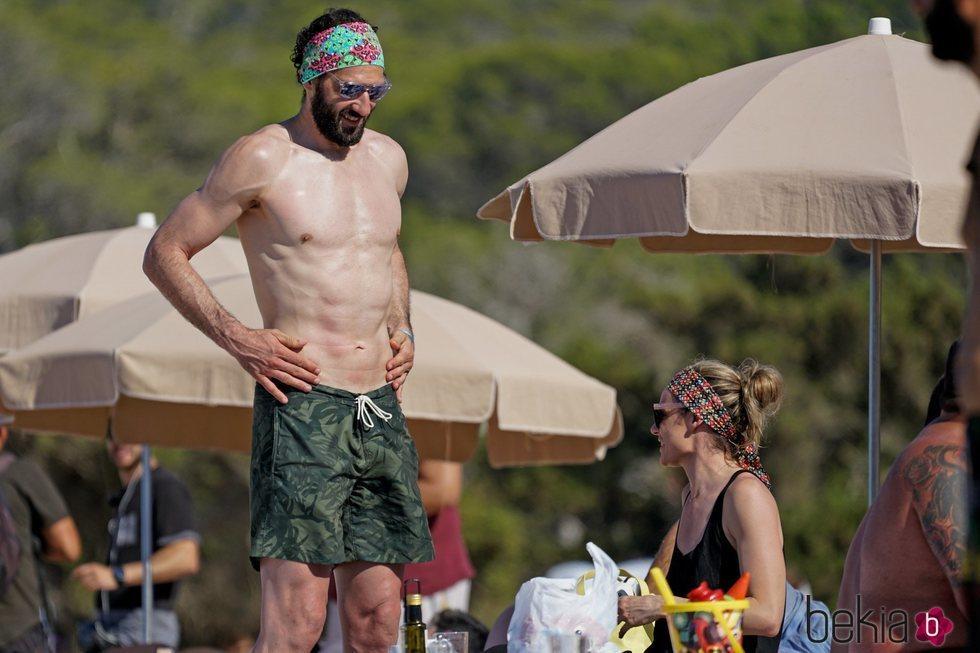 Jorge Garbajosa con el torso desnudo comparte un día de playa con su mujer en Ibiza