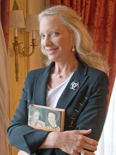 La Princesa Michael de Kent posa durante la presentación de uno de sus libros