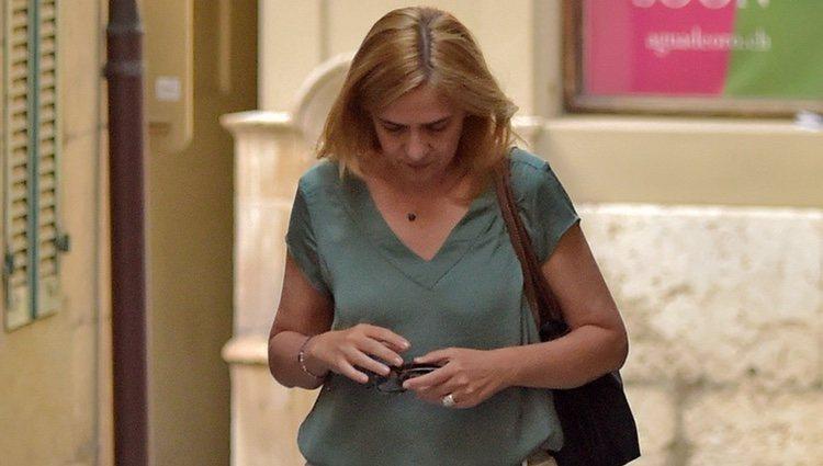 La Infanta Cristina pasea apenada por Ginebra tras el ingreso en prisión de Iñaki Urdangarin