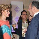 Ágatha Ruiz de la Prada sonriendo a Luis Miguel Rodríguez El Chatarrero en un evento