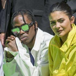 Kylie Jenner y Travis Scott durante el desfile de Virgili Abloh en París