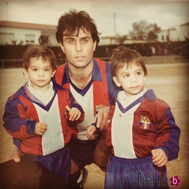 Marc y Èric Bartra de pequeños junto a su padre, Josep Bartra