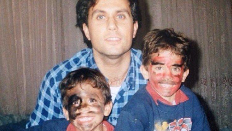 Èric y Marc Bartra de pequeños junto a su padre, Josep Bartra