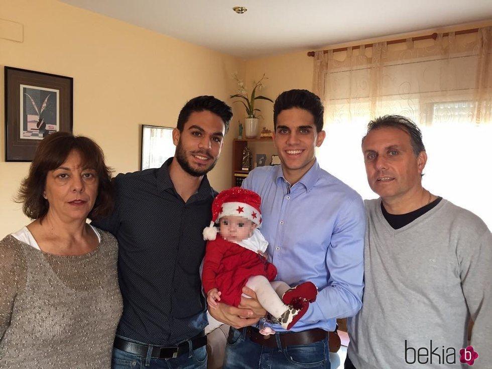 Marc Bartra junto a su hermano Èric, sus padres Montse y Josep, y su hija Gala en Navidad