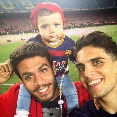 Èric Bartra sujeta a su sobrina Gala, la hija de Marc, en el Camp Nou
