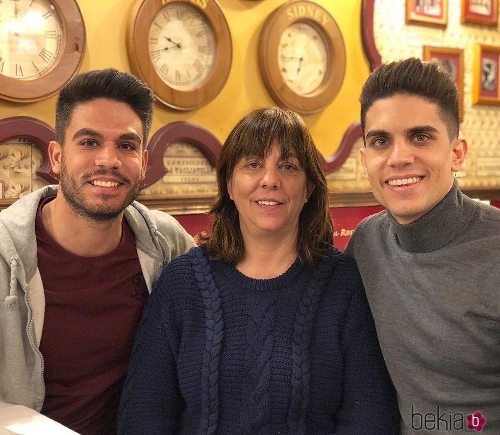 Marc y Èric Bartra junto a su madre, Montse Aregall