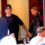 Justin Bieber y Hailey Baldwin a la salida de un restaurante en Nueva York