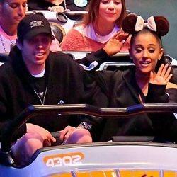 Ariana Grande y su novio Pete Davidson en una atracción