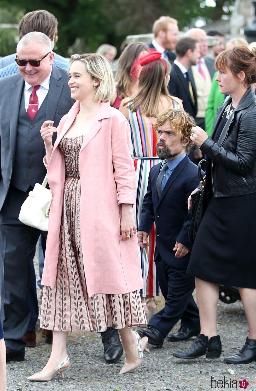 Emilia Clarke y Peter Dinklage llegando a la boda de Kit Harington y Rose Leslie