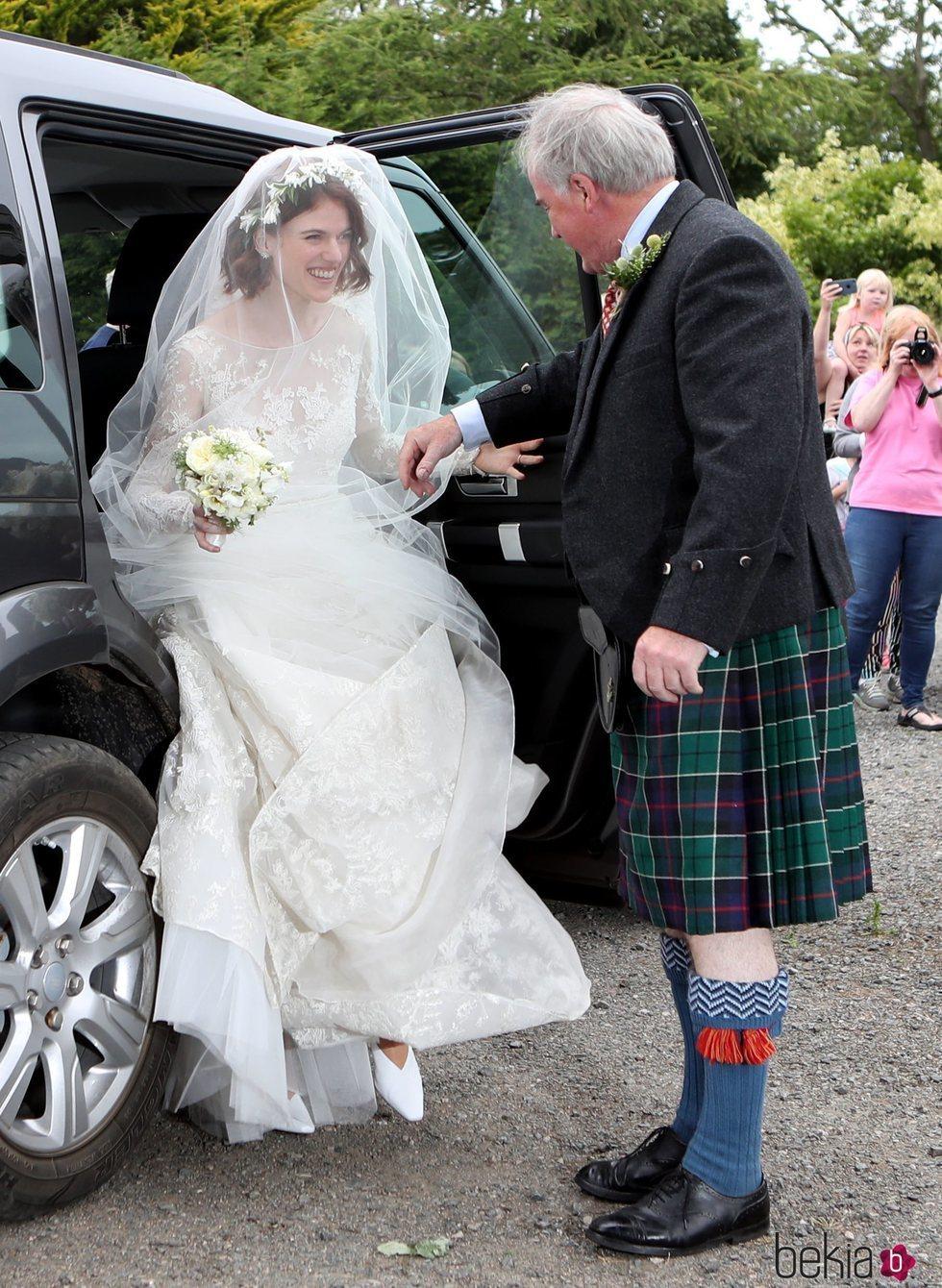 Rose Leslie llega a su boda con Kit Harington junto a su padre