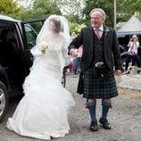 La novia Rose Leslie llega a la boda agarrada del brazo de su padre