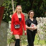 Sohpie Turner y Maisie Williams llegando a la boda de Kit Harington y Rose Leslie