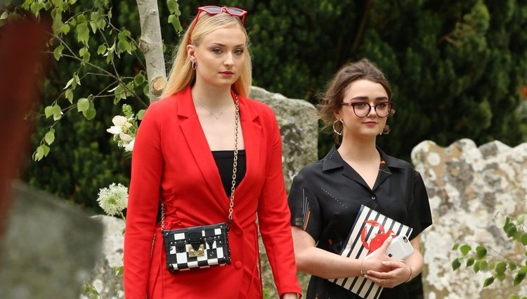 Sohpie Turner y Maisie Williams llegando a la boda de Kit Harington y Rose Leslie