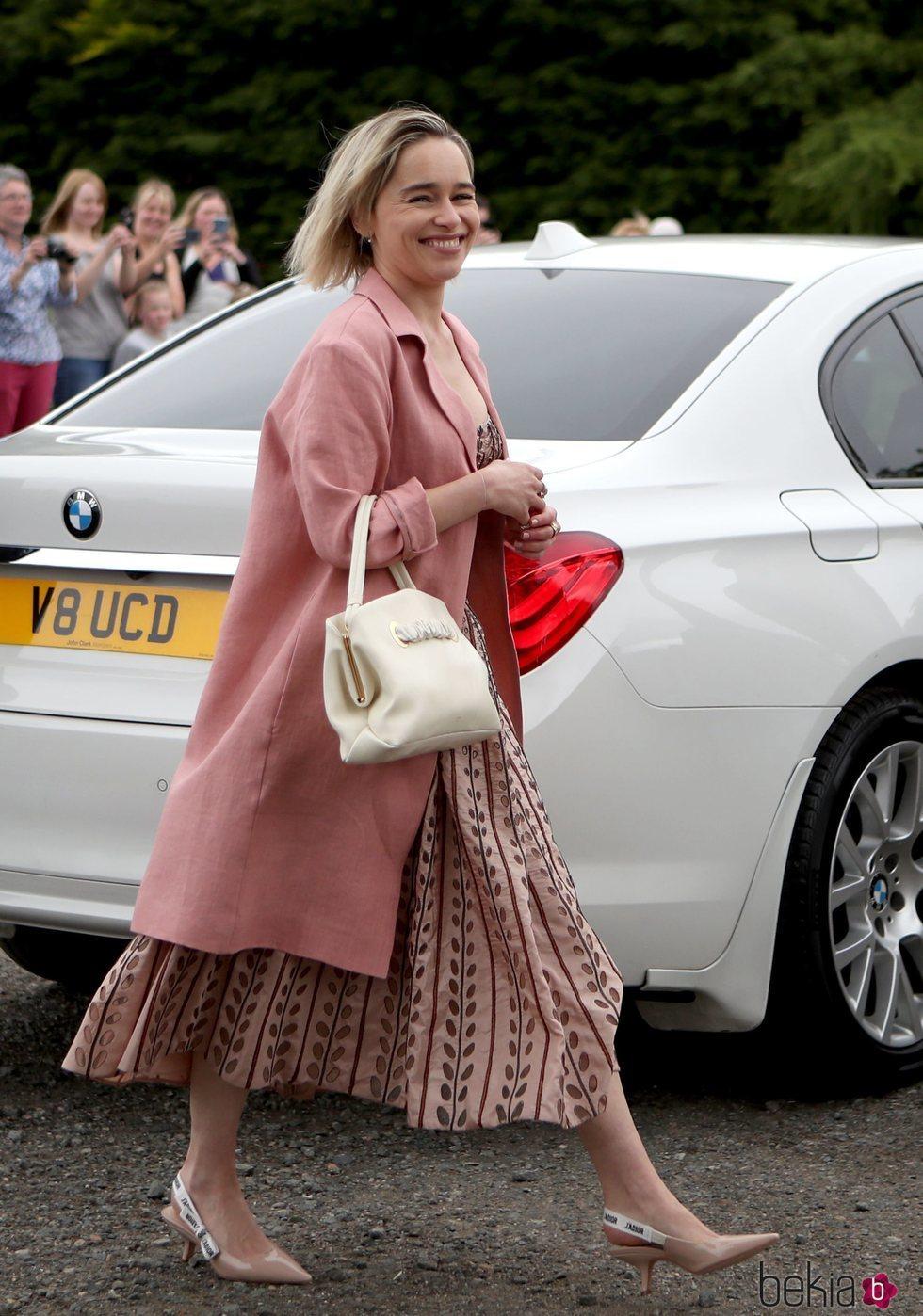 Emilia Clarke, muy sonriente en la boda de Kit Harington y Rose Leslie
